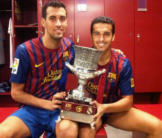 Pedro y Busquets, con la Supercopa 2011 (18-08-2011)