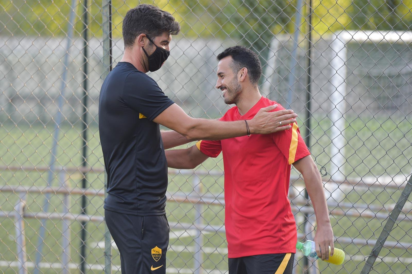 Paulo Fonseca da la bienvenida a Pedro en el primer día de entrenamientos (29-08-20) AS Roma