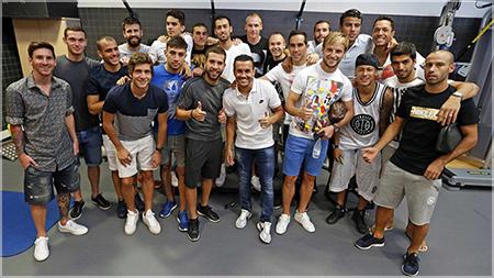 Toda la plantilla arropó a Pedro en su adiós al Barça