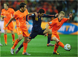 Pedro, acosado por Kuyt y Van Bronckhorst en la final del Mundial 2010