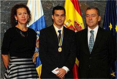 Pedro, con Paulino Rivero y Milagros Luis en la entrega de la Medalla de Oro de Canarias